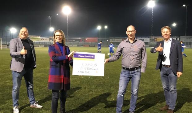 <p>Voetbalclub SDVB kreeg de meeste stemmen bij Rabo ClubSupport. Van links naar rechts Wicha Benus, Ester Ganzevles, Tonny van de Braak en Marcel Wijnen.</p>