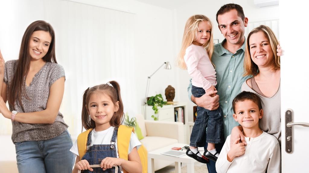 <p>Buurtgezinnen brengt gezinnen die ondersteuning nodig hebben bij de opvoeding en steungezinnen die daarbij willen helpen, samen.&nbsp;</p> Shutterstock © BDU media