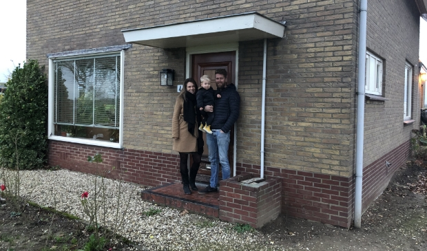 <p>Jelle, Elly en Abe Smit genieten elke dag van hun huis en tuin in hun geliefde buitengebied.</p>