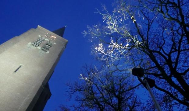 De toren van de Sint Martinuskerk in het licht