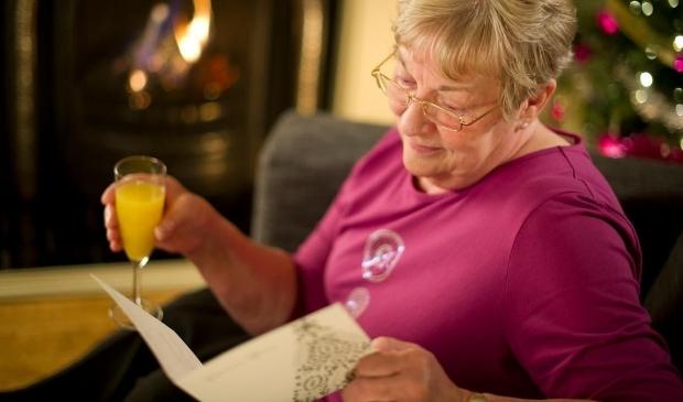 <p>42 procent van de ouderen verwacht vanwege de coronamaatregelen met kerst alleen te zijn.</p>