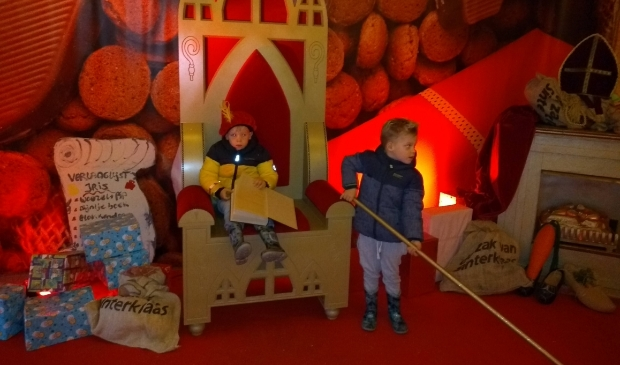 <p>Levi en Melle bij de stoel van Sint</p>