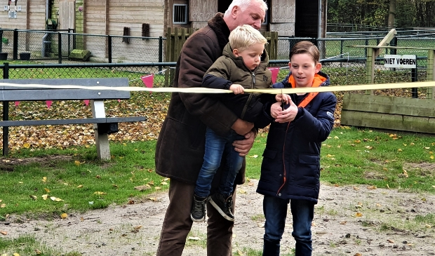 <p>&nbsp;Opa Paul assisteert kleinkinderen.</p>