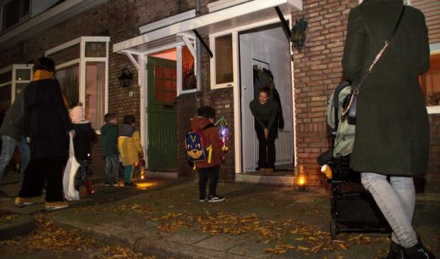 <p>In de Amsterdamsebuurt in Haarlem gingen vele kinderen langs de deuren om een liedje te zingen en snoep binnen te halen.</p>