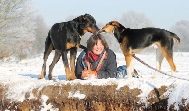 Andrea met 2 honden van haar hondenuitlaatservice