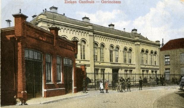 <p>Het voormalig ziekengasthuis (nr. 39) in de Haarstraat. Links op de voorgrond het ontsmettingsgebouw (nr. 37)</p>