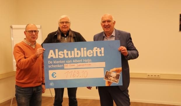 Overhandiging cheque door Gert van Eden van Albert Heijn XL