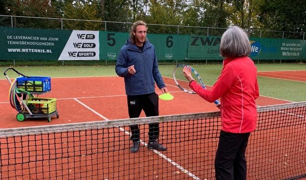 <p>Trainer Rick Sebok geeft uitleg over de volley aan het net.</p>