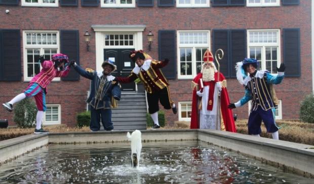 Sint en zijn Pieten bij hun huis