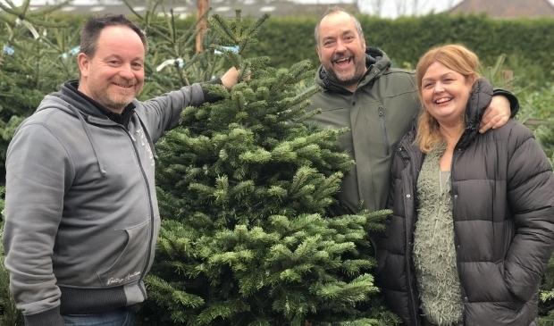 <p>Kees Haak gaat samen met z'n vrouw Monique en maat Hans Dievenbach kerstbomen verkopen voor de Voedselbank Zeist.</p>