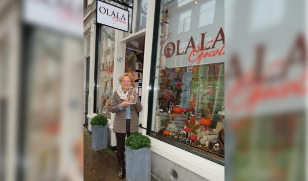 Voorzitter Addie Verspuij showt de muzieksleutel die Olala Chocola maakte op verzoek.