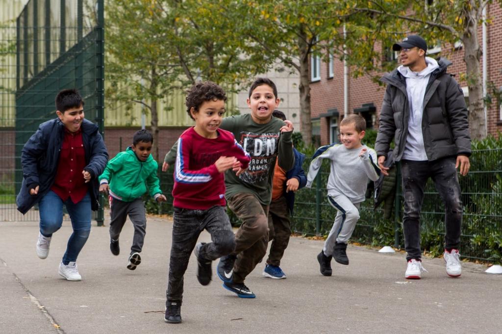 <p>Buiten spelen is leuker voor de kinderen met behulp van de spellen in de tas.</p> SportSupport © BDU media