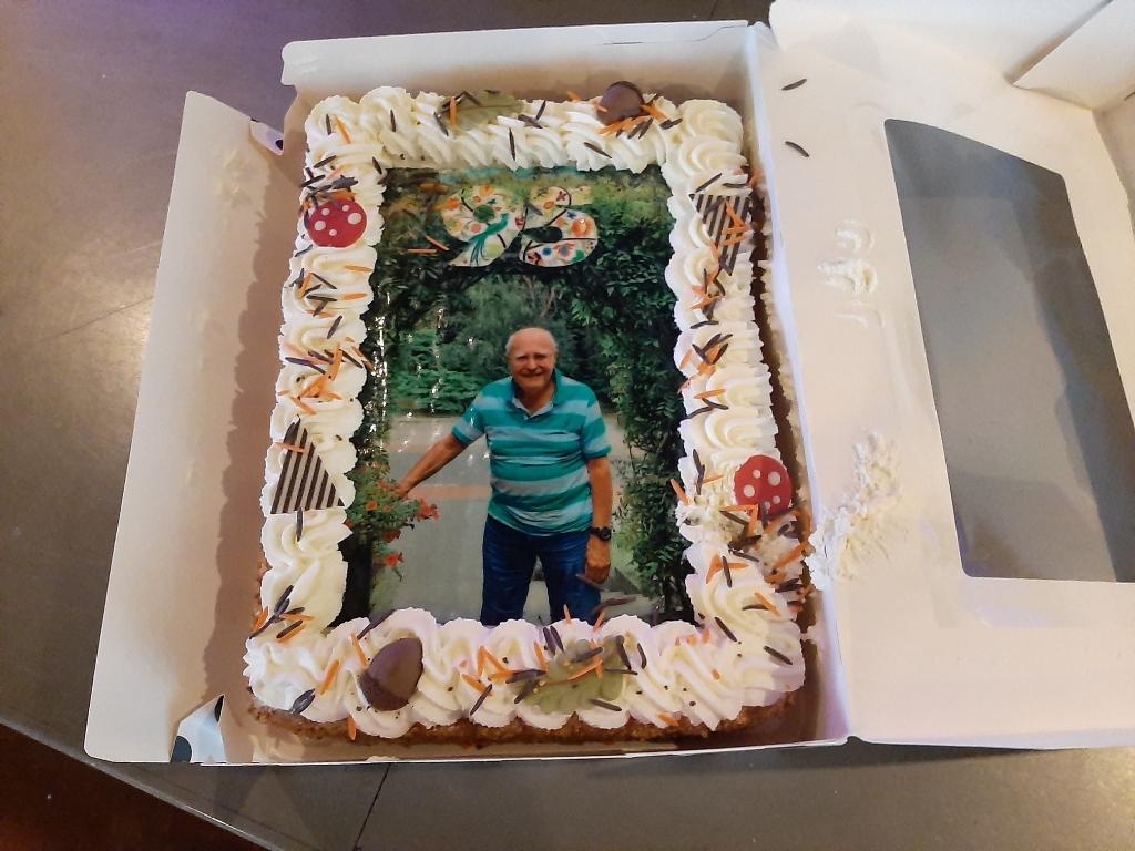 Jan Muis 95 jaar met enorme taart Rina Knopper © BDU media