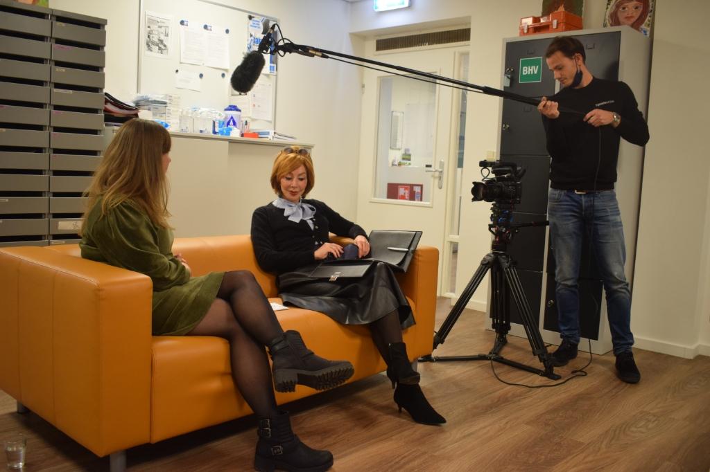 <p>Eline Gerritsen, Marijke Helwegen en cameraman Peter Tijssen in actie.</p> Christine Schut © BDU media