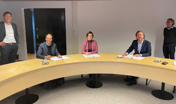 <p>De ondertekening door (v.l.n.r.) de heren Schippers (relatiemanager) en Martens (CCO) van Medipoint, wethouder Schell (namens de regio Lekstroom), de heer Naborn (CCO) van Welzorg en de heer Van Eijk (Regionale Backoffice Lekstroom). </p>