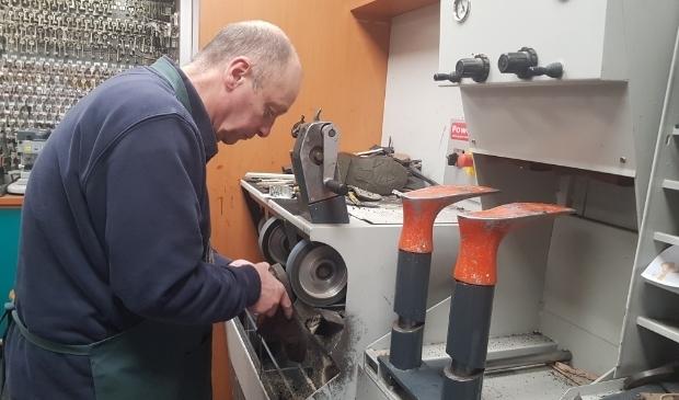 Kees Holleman repareert deze week zijn laatste schoenen. (foto: Kees Stap)
