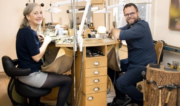 <p>Kerstin Kircher en Patrick Bakker werken dagelijks aan de mooiste sieraden in het pand van Kircher Schmuck aan &#39;t Havik.&nbsp;</p>