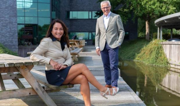 <p>OA-directeur Darshan Sloot en de nieuwe voorzitter Rob van den Helder.</p>