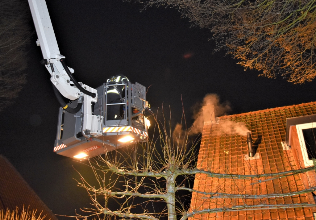 De brandweer zette de hoogwerker in bij het bestrijden van de schoorsteenbrand. Eempers © BDU media