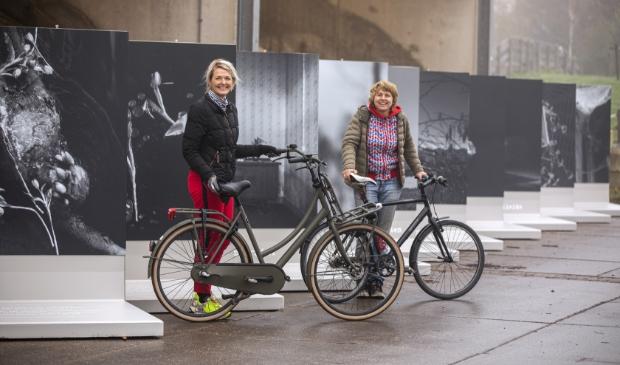 <p>Initiatiefnemer Erma Rotteveel (links) en Kiek van der Poel (uitvoering) bij de fotopanelen van Bosch Beton.</p>