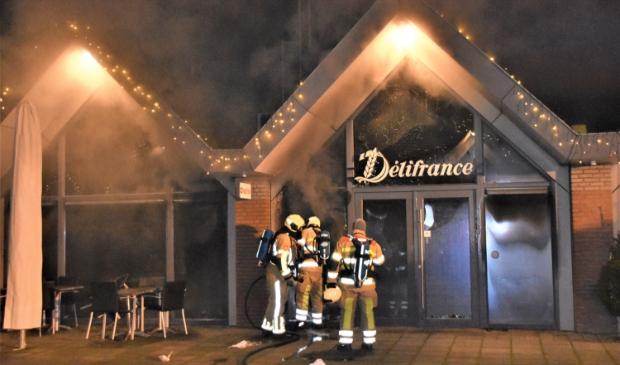 <p>Het brandteam en politie doen onderzoek naar de oorzaak van de brand in Delifrance.</p>