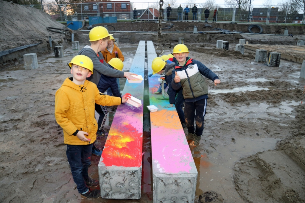 <p>leerlingen beschilderen de eerste paal van Brede School Dalemplein</p> Gemeente Gorinchem © BDU Media
