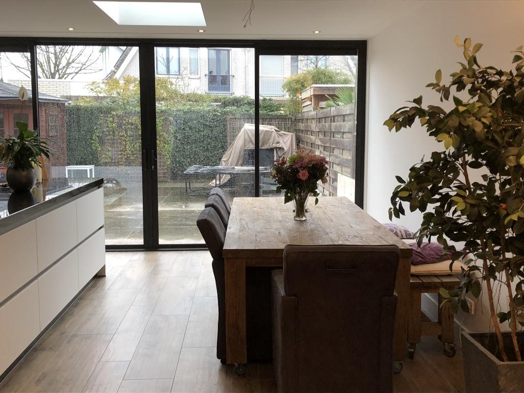 Een heerlijke ruime leefkeuken waar je kunt koken en toch kletsen met je gasten. Babs Bouwman © BDU media