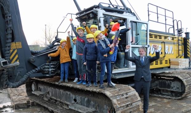 <p>leerlingen geven met wethouder Van Doesburg het startsein voor de eerste paal Brede School Dalemplein</p>