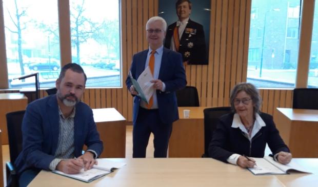 V.l.n.r. locatiemanager Viveste Wouter Gerritse, wethoude Eric Balemans en Monique van den Hoek van huurdersbelangenvereniging Krommerijn