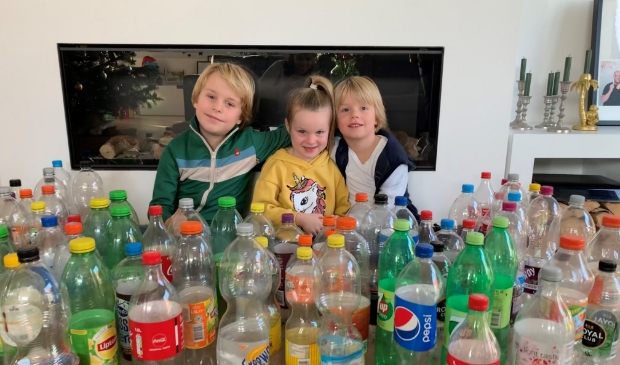 Semm, Mila en Fynn tussen de opgehaalde flessen ter waarden van 4 voedselpakketten