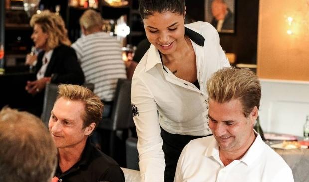 <p>Gasten in restaurant De Gezelligheid voor de coronacrisis</p>