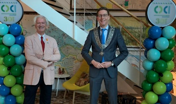 <p>Alphons B&ouml;ggeman en burgemeester Tjapko Poppens na de uitreiking van de koninklijke onderscheiding.</p>