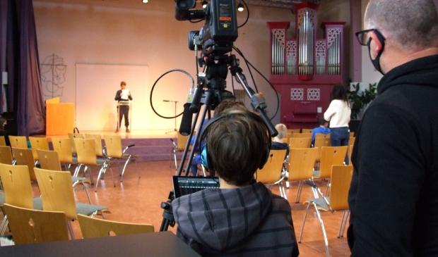 <p>Leerlingen van de J.H. Donnerschool nemen hun eigen Journaal op.</p>