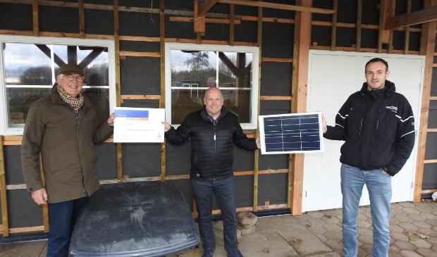 Overhandiging van de Rabo-cheque en een symbolisch zonnepaneel