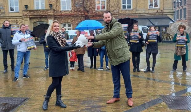 <p>Bianka den Breejen overhandigde in december vorig jaar het lege spaarvarken van de Gorcumse horeca aan wethouder Joost van der Geest</p>