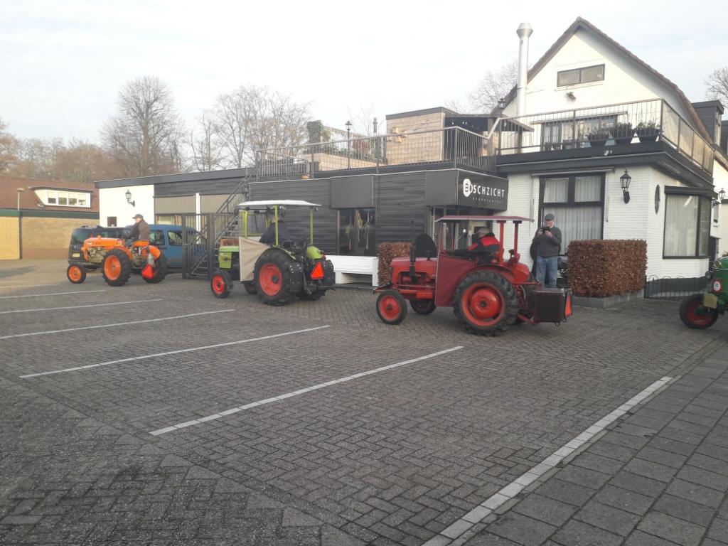 <p>De tractorclub kwam langs om het paar bij Boschzicht te feliciteren.&nbsp;&nbsp;</p> Petra van Voorst © BDU media
