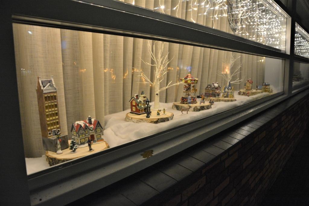Kersthuisjes achter de ramen bij Kulturhus Wekerom.<br><br> Gerwin van Luttikhuizen © BDU media