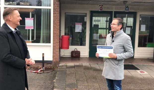<p>Wethouder Rob Ellermeijer overhandigde een cheque aan penningmeester Erwin Koning van KVA. </p>