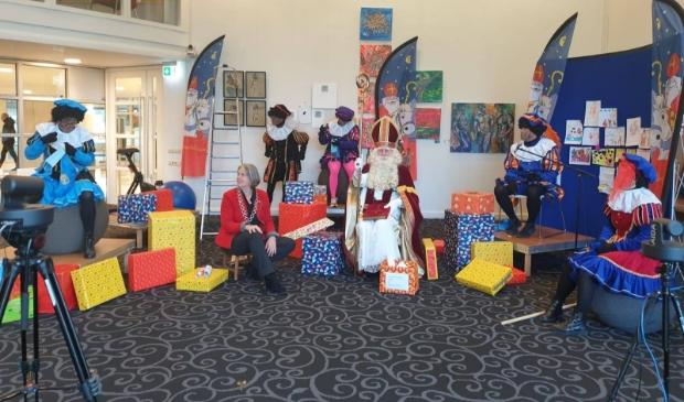 <p>Burgemeester Astrid Nienhuis kreeg vrijdag 27 november Sinterklaas en de pieten op visite. </p>