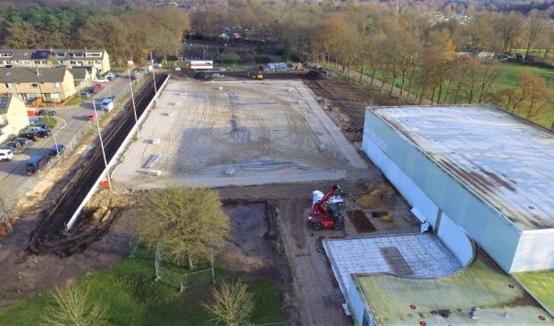 De eerste contouren van de nieuwe korfbalvelden zijn inmiddels zichtbaar op het voormalige Knollenveld. Rechtsonder is de uitbreiding van de bestaande kantine zichtbaar.
