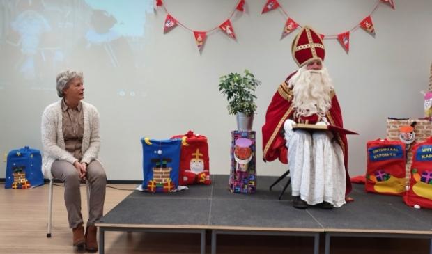 Ook Sinterklaas nam afgelopen week op gepaste afstand afscheid van juf Dute (l)