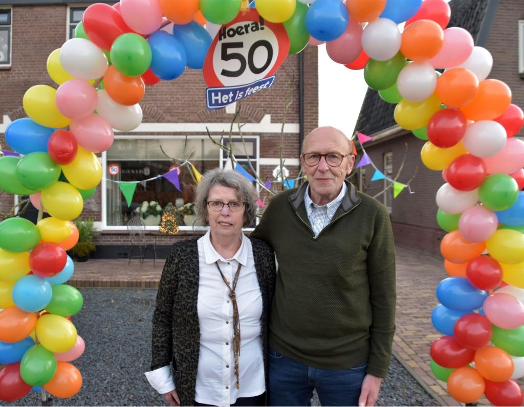 <p>Het gouden echtpaar Ans en Alex van Voorst voor hun woning aan de Vlieterweg. </p>