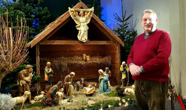 <p>Pastoor Fred Hogenelst bij de kerststal. Kerst werd dit jaar heel anders gevierd dan gebruikelijk. Het jaar vroeg om veel aanpassingen</p>