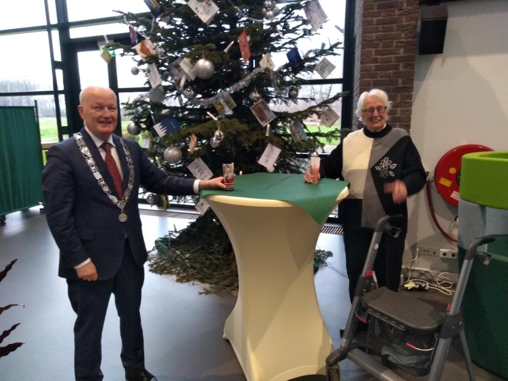 Burgemeester Van Bennekom overhandigt de kaars aan de honderdjarige An Vrancken.  Agnes Corbeij © BDU media