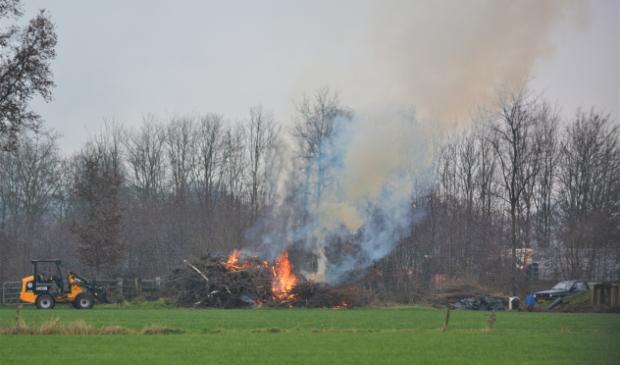<p>Nog even voor het einde van het jaar wordt nog wat snoeihout verbrand.</p>
