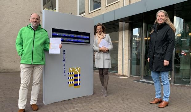 <p>Rino Jonkers, Ellen Standhardt-Jonkers en Jolanda Wijsmuller toen zij het verzoek in oktober indienden bij het gemeentehuis.</p>