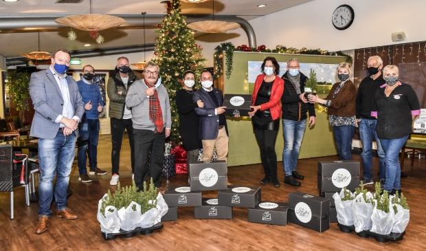 <p>120 Soester Boxen en kerstboompjes werden woensdag afgegeven bij Molenschot.</p>