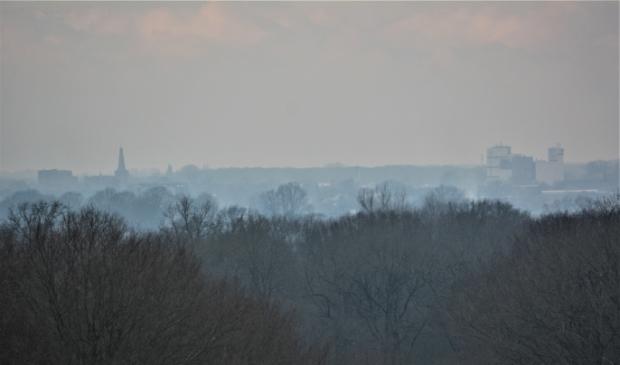 <p>De skyline van Barneveld gevangen in nevel en rook van &#39;vreugdevuurtjes&#39;.</p> Gerwin van Luttikhuizen              © BDU Media