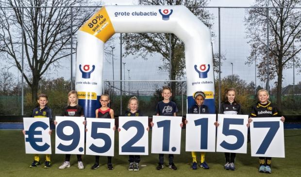 <p>Kinderen onthullen de totaalopbrengst van de Grote Clubactie 2020 in Sportpark Drunen.</p>