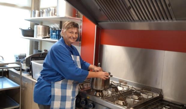 <p>Astrid heeft het naar haar zin in de keuken van De Meerpaal. ,,Ik wil graag iets betekenen voor andere mensen.&quot;</p>